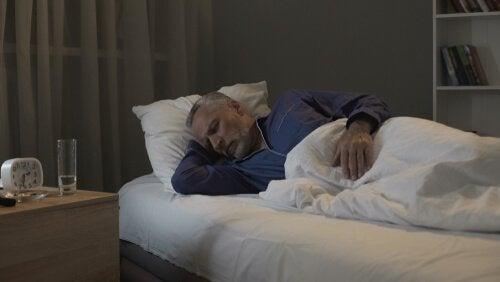 Menschen mit einer REM-Schlafstörung können sich beim Träumen bewegen