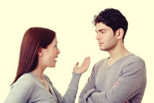 Mann und Frau, die miteinander diskutieren - Besserwisser