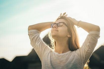 Eine Frau, die die Sonne aufsaugt.