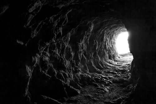 Licht am Ende einer Höhle - Sandmann