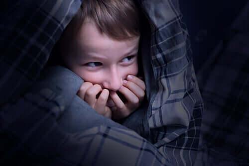 Kind, das mit großer Angst im Bett liegt - Sandmann