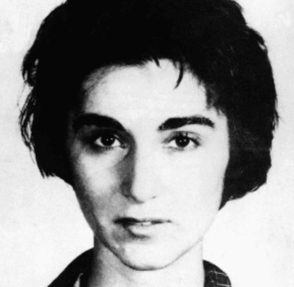 """Ein Bild, das Kitty Genovese zeigt, die Frau, deren Mord den Begriff """"Bystander-Effekt"""" inspirierte, von Kopf bis Fuß."""