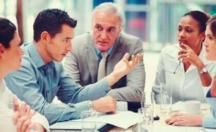 Mann, der in einem Meeting in der Arbeit spricht - Besserwisser