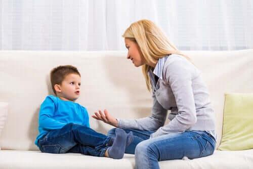 Mutter, die mit ihrem Sohn spricht, um Emotionen zu validieren