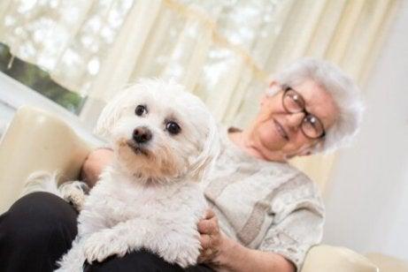 Eine ältere Dame mit einem Schoßhund.