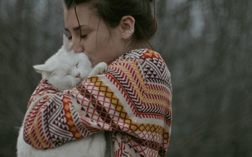 Kama Muta - Frau mit Katze