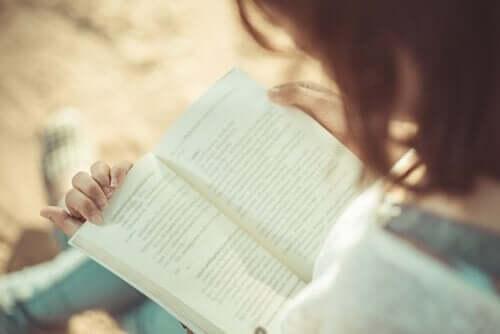 Die Vorteile des Lesens umfassen einen besseren Wortschatz, sowie eine verbesserte Ausdrucksweise