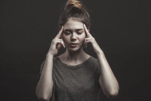 """Eine Person, die Symptome einer erfahrungsbedingten Vermeidungsstörung aufzeigt, legt """"Pflaster"""" auf ihre Gefühle, damit sie nicht zeigt, wie sie sich wirklich fühlt."""