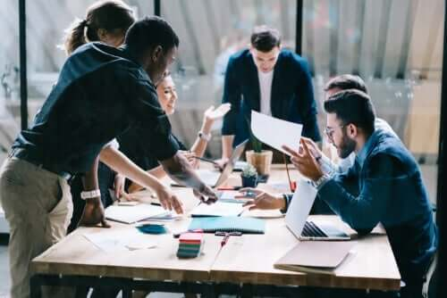 Die Wirtschaftspsychologie ist auf alle Faktoren spezialisiert, die einen Einfluss auf die Entwicklung von Arbeitsaufgaben haben können