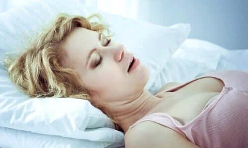 Eine Frau mit Hypersomnie schläft.