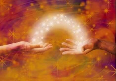 Energie geht von einer Hand zur anderen.