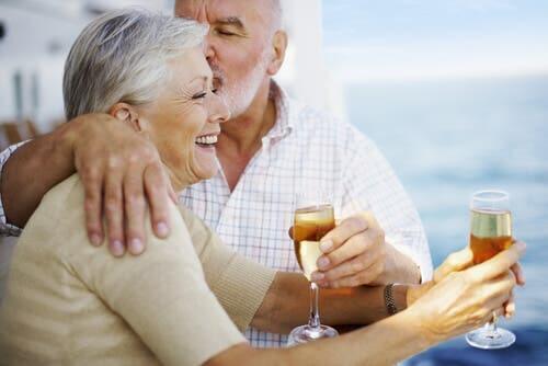 Ein Paar im fortgeschrittenen Alter hat die Monotonie hinter sich gelassen.