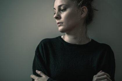 Eine Frau mit Borderline-Persönlichkeitsstörung.
