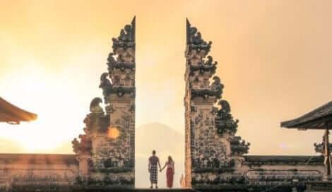 Ein Paar vor den Toren eines buddhistischen Tempels.