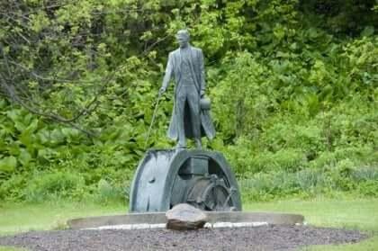Eine Statue von Nikola Tesla.