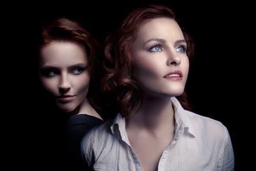 Die zwei Gesichter einer Frau. Gedankenkontrolle.