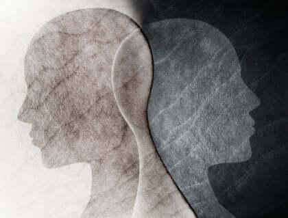 Zwei menschliche Profile überlagern sich.