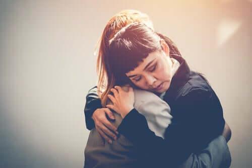 Berührung - Freunde umarmen sich