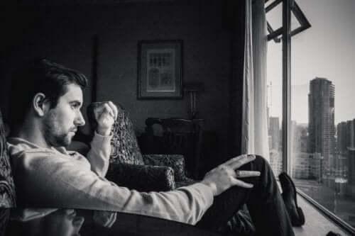 bösartiger Narzissmus - Mann am Fenster