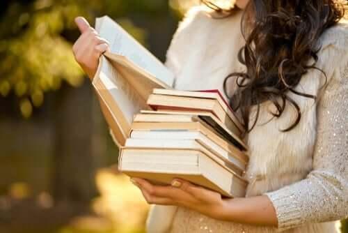 deine Unabhängigkeit - Frau mit Büchern