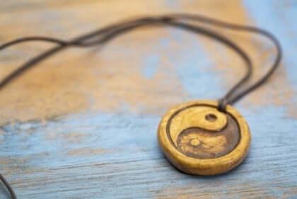 Eine hängende Halskette aus Yin und Yang.