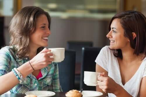 jemandem vertrauen - 2 Frauen beim Kaffeetrinken