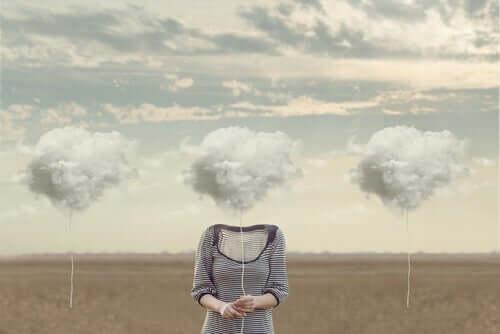 liquide Moderne - Frau mit Kopf aus Wolken