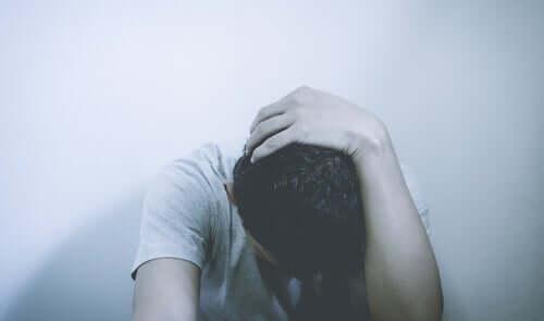 sensorische Deprivation - Mann mit gesenktem Kopf