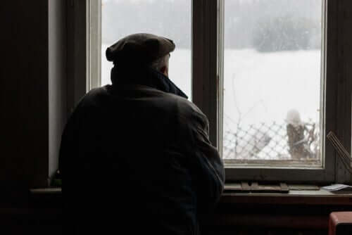 Gedächtnisverlust - alter Mann schaut aus dem Fenster