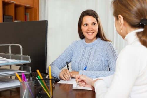 Intervention - junge Frau und Sozialarbeiterin