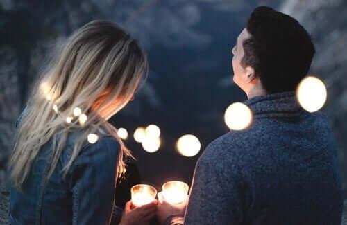 jemandem vertrauen - Liebespaar bei Nacht