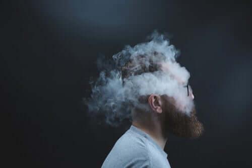 Mann mit Kopf in einer Rauchwolke.