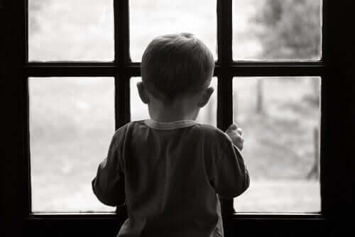 seelische Verletzungen - Kind schaut aus dem Fenster