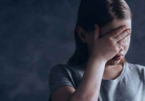Ein KInd schämt sich wegen Tic-Störungen