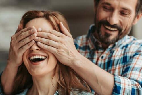 Ein Mann überrascht eine Frau.