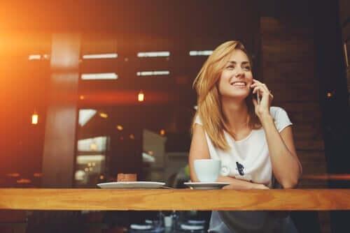Eine Frau, die glücklich am Telefon spricht.