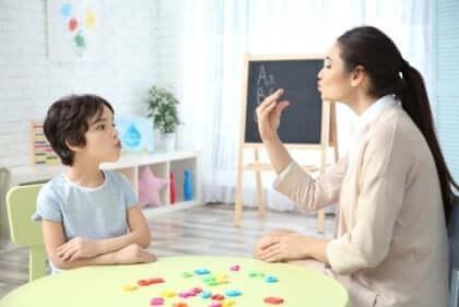 In der Regel arbeitet ein multidisziplinäres Team zusammen, um bestimmte Sprachstörungen zu diagnostizieren.