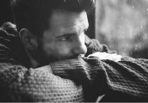 Ein Mann schaut nach draußen und denkt nach.