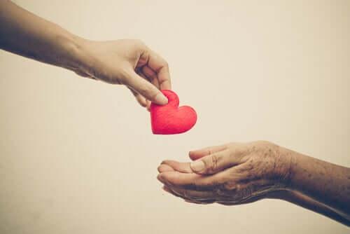 über Vorurteile - Hand legt ein Herz in eine andere Hand