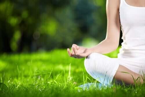 Achtsamkeit - meditierende Frau