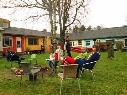 Cohousing - Menschen im Garten