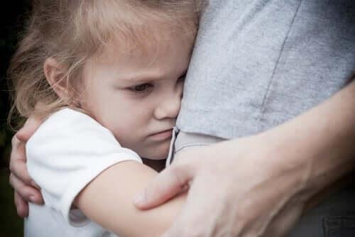 Gerald Patterson - Mädchen umarmt ihren Vater