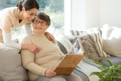 neuropsychologischen Rehabilitation - Therapeutin mit älterer Frau