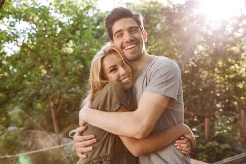 selbstzerstörerische Verhaltensweisen - glückliches Paar umarmt sich