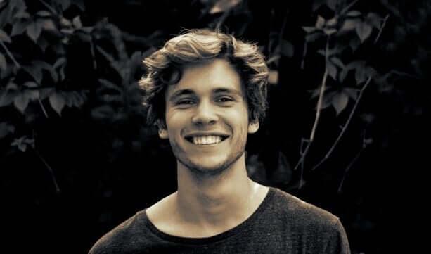 über Vorurteile - lächelnder junger Mann