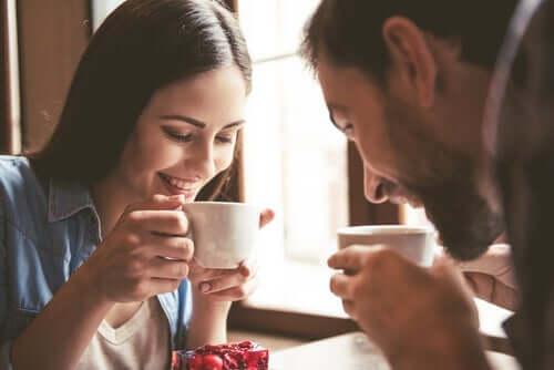 Anziehung - Paar beim Kaffeetrinken