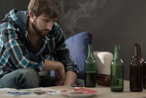 Behandlungsmethoden - junger Mann mit Alkohol