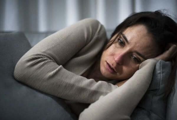 Frauen und Depressionen - weinende Frau auf einer Couch