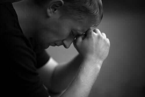 Trauerprozess - trauernder Mann