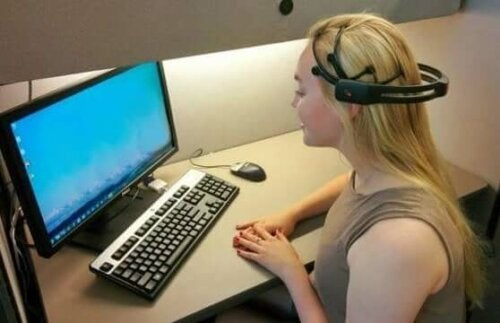neuropsychologischen Rehabilitation - Mädchen am Computer